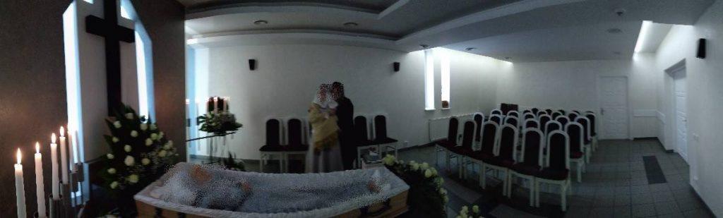 Artimieji išvykę į bažnyčią meilės religijos šešėlyje paliko vieną velionį.